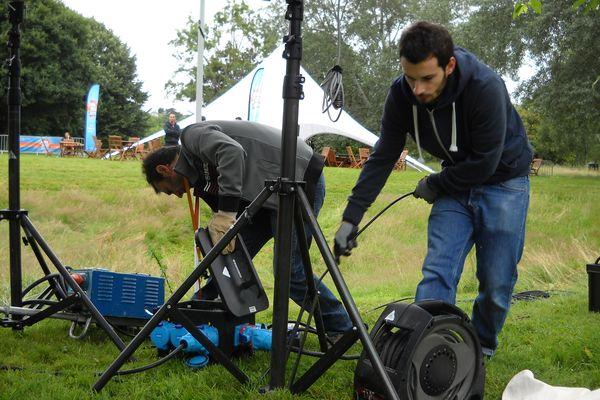 Lénaïc, assistant vidéo en train de remettre les câbles comme il faut. Débrancher, bouger de place, rebrancher...!