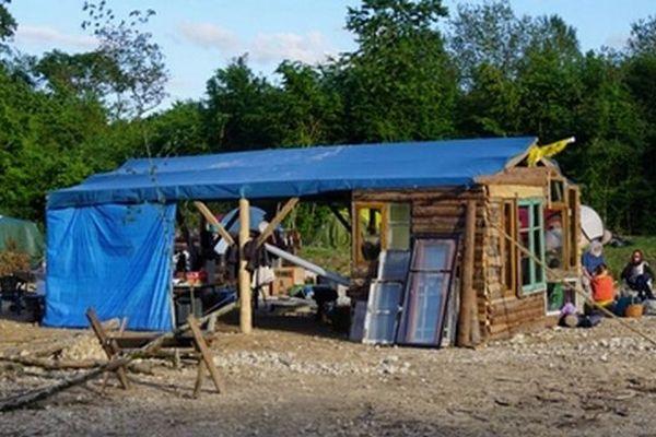 Un campement a été installé au cœur de la forêt communale de Mandres-en-Barrois, le 29 juin 2016, dans la Meuse.