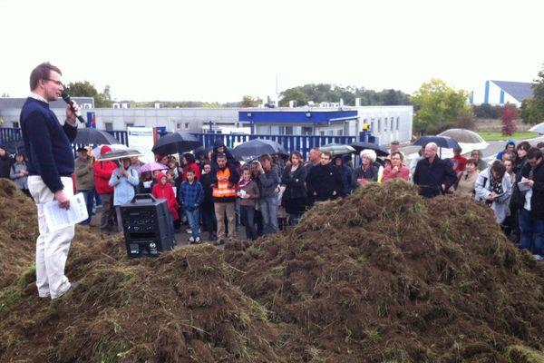 La manifestation devant Aprochim à Grez-en-Bouère, le dimanche 20 octobre 2013