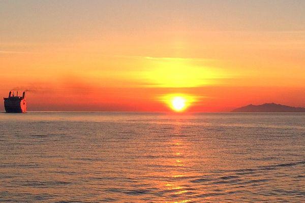 ILLUSTRATION - Arrivée d'un ferry au petit matin au port de Bastia (Haute-Corse)