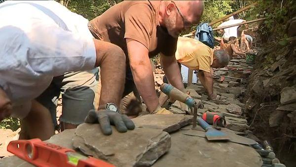 Une douzaine de stagiaires plus ou moins débutants ont appris la technique difficile des constructions en pierres sèches du 22 au 26 juillet 2019.