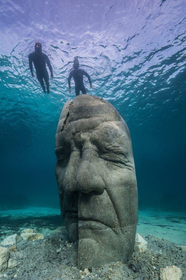 Ces six sculptures répondent à un même thème :  l'évocation du très mystérieux Homme au masque de fer.