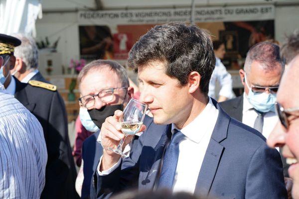 Julien Denormandie goûte un vin d'Alsace avant un champagne...