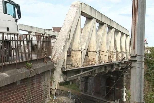 Délabré, le pont Saint-Ladre de Crépy-en-Valois tremble au passage des poids lourds.