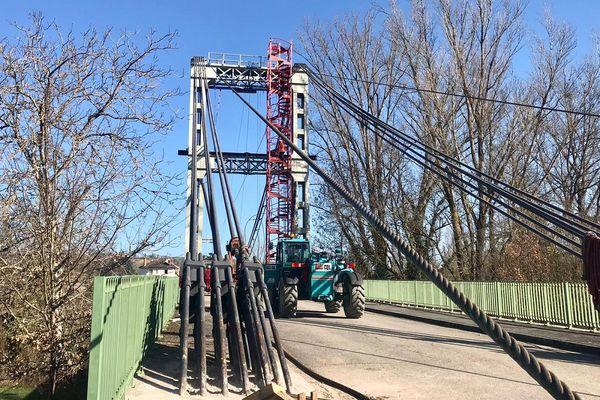 Cette étape des travaux concerne le relevage des câbles d'acier du pont.