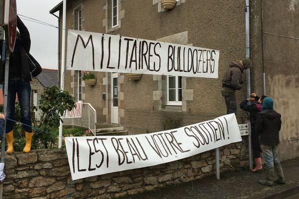 Des zadistes installent des banderoles autour de la maire de Notre-Dame-des-Landes