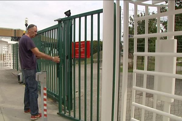 En blanc, l'un des sept portiques de sécurité installés au lycée Léonard-de-Vinci à Villefontaine