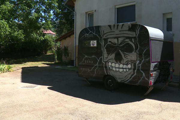 Dans le jardin familial, devant l'atelier traiteur, la nouvelle caravane de Régis.