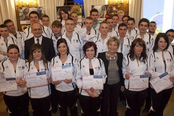 La présidente de la région Franche-Comté, Marie-Guite Duffay entourée des 27 candidats