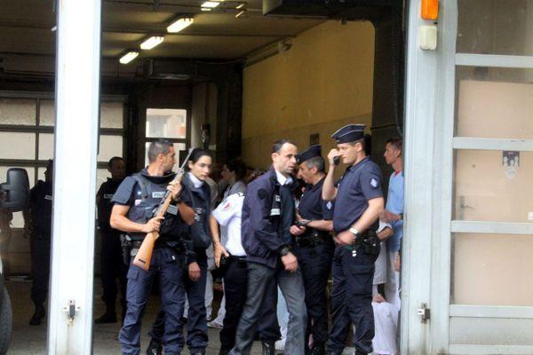 Le 28 mai 2012, Olivier Sisti, victime d'une tentative d'assassinat sur son lit d'hôpital à Bastia est évacué sous bonne escorte.