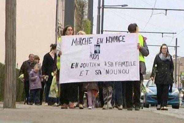 Marche blanche en mémoire du petit garçon fauché par une voiture le 1er avril à Tours. Le conducteur avait pris la fuite. (11 avril 2015)