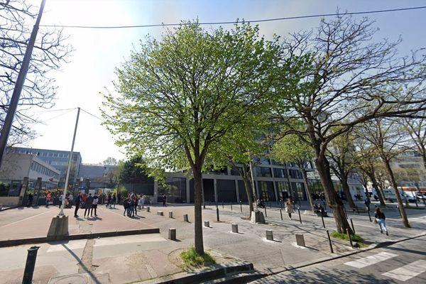 Le lycée Rabelais, depuis la rue Francis de Croisset (illustration).