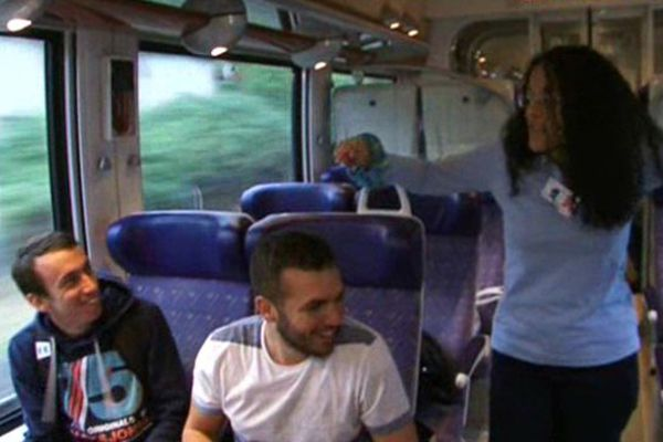 Les passagers du Clermont-Nevers se prêtent au jeu avec bonne humeur face aux animateurs du Cavilam-Alliance Française. 25 septembre 2015.