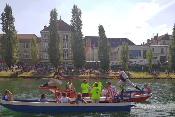 Deux jouteurs face-à-face sur la Seine, à l'occasion des championnats de France à Melun.