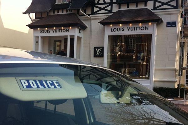 La boutique Louis Vuitton de Deauville a été braquée ce jeudi matin par 5 hommes armés et cagoulés