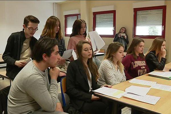 Des élèves du lycée Pontarcher de Vesoul, en Haute-Saône, ont participé à l'opération, dans le cadre de la semaine de la presse à l'école.