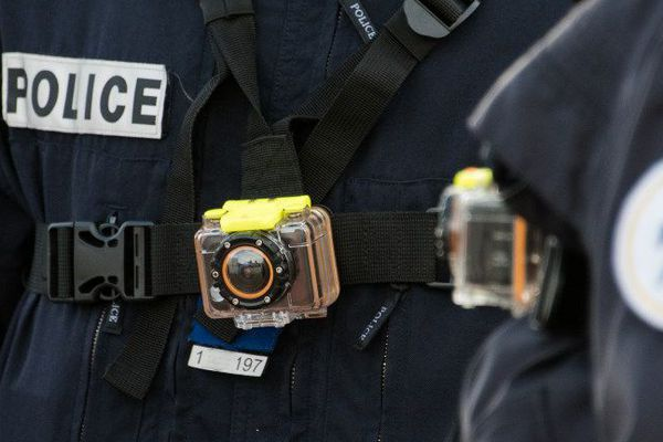 Un policier portant une caméra-piéton à Calais (mars 2016)