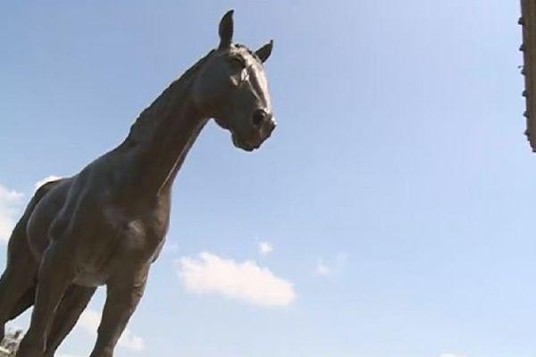 la statue d'Ourasi arrive à Paris, juin 2014
