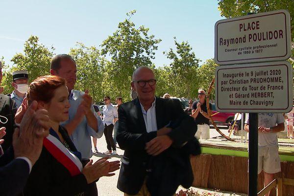 """la plaque de la """"Place Raymond Poulidor"""" est dévoilée par le maire de Chauvigny, Gérard Herbert"""