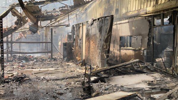 Le feu a tout détruit dans l'entrepôt malgré l'intervention rapide des pompiers
