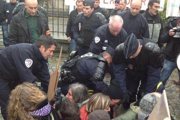 Lorient : une délégation de manifestants voulant rencontrer Manuel Valls, a été violemment repoussée par les forces de l'ordre