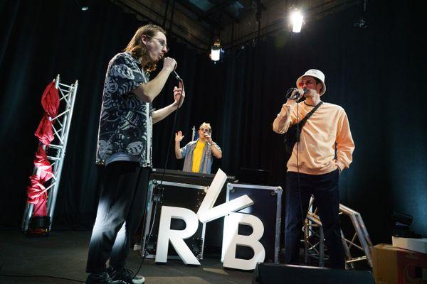 Fodo (à gauche), Jotra (à droite) et RedsK (au fond), du groupe de rap Eirveibei (RVB) sur le plateau de #studio3, à France 3 Franche-Comté.