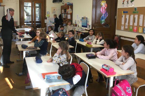 Cours d'allemand en classe de CM2 à l'Ecole française de Bâle.