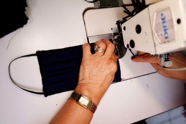 Illustration : Production de masques dans un atelier de couture à Nice