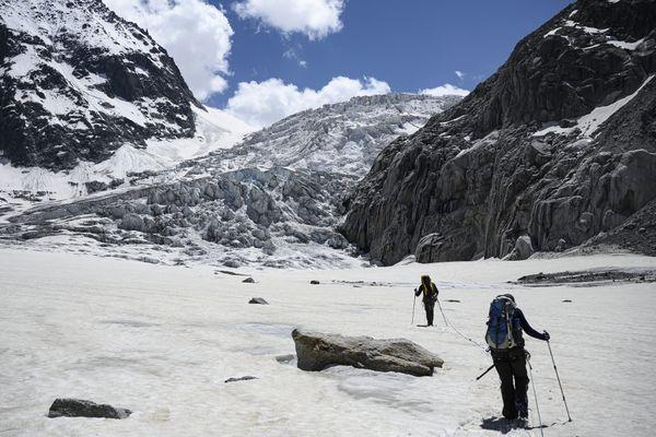 Sac à dos, piolet et corde enroulée autour du torse, les alpinistes ne s'attardent pas, abordant la Mer de Glace d'un pas vif pour remonter sa pente naturelle.