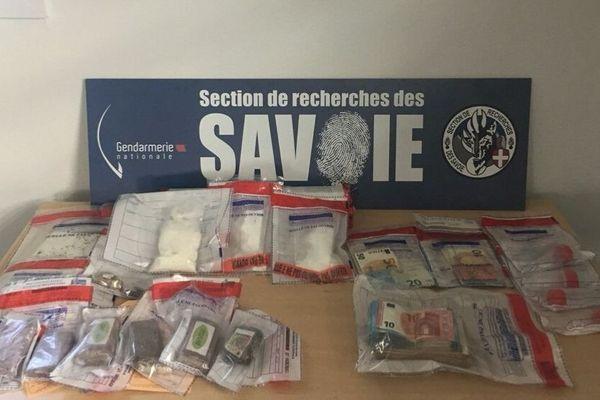 La drogue et l'argent saisis exposés par la section de recherches de la gendarmerie des Savoies.