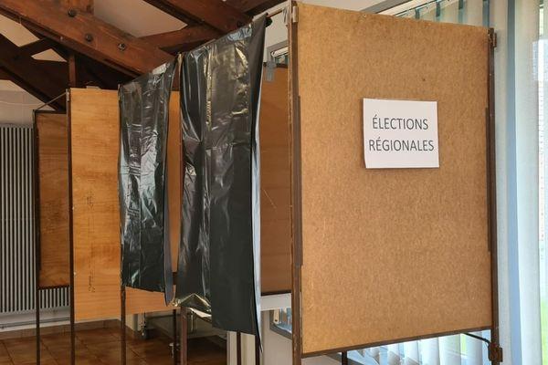 Des sacs-poubelle en guise de rideaux pour les isoloirs du bureau de vote de Auchy-les-Mines (Pas-de-Calais)