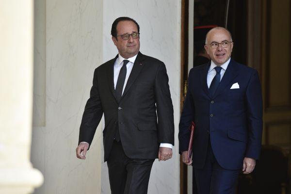 Paris, 26 Avril 2017. Francois Hollande, Président de la République, et Bernard Cazeneuve , Premier Ministre, sortent du conseil des ministres au Palais de l' Elysée.