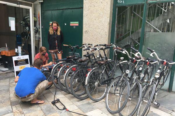 Hélène indique comment entretenir et sécuriser son vélo.