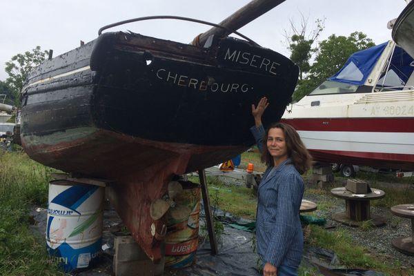 Sophie Ladame et son vieux bateau juste avant d'être déconstruit