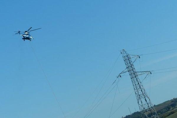 L'intervention du Super Puma auprès de la ligne à haute-tension en Charente .