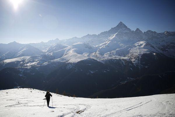 Un alpiniste gravissant la punta Ostanetta, avec le mont Viso en arrière-plan, dans le Piémont italien. (Illustration)