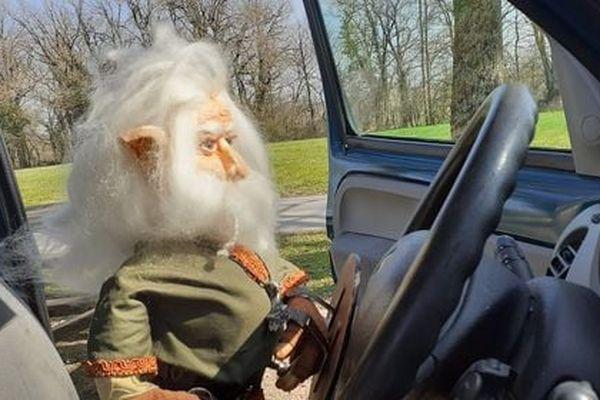 Une créature imaginaire conduit une voiture