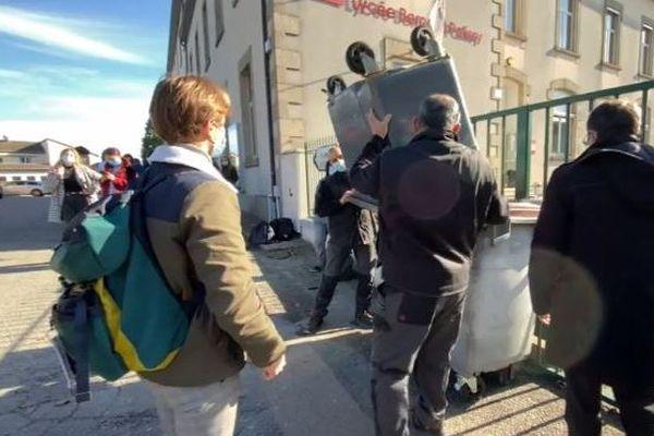 Fin du blocus devant le lycée Bernard Palissy de Saint-Léonard-de-Noblat, mercredi 4 novembre.