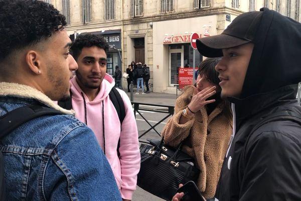 Municipales à Marseille : Lucas (gauche) et ses amis, étudiants en BTS au lycée Périer, discutent à la sortie des cours.