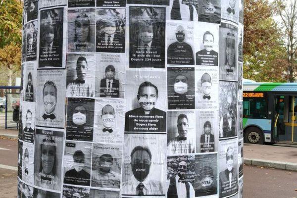 """""""250 jours sans travail, ni aides"""", """"Nous sommes fiers de vous servir, soyez fiers de nous aider"""" : des messages sont affichés sur les portraits, pour interpeller les passants."""