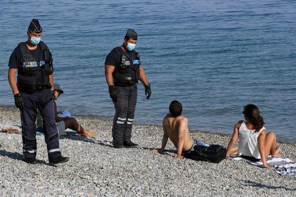 Le port du masque sur la plage était déjà obligatoire en mai 2020 et contrôlé comme ici sur les galets de la plage de Nice.