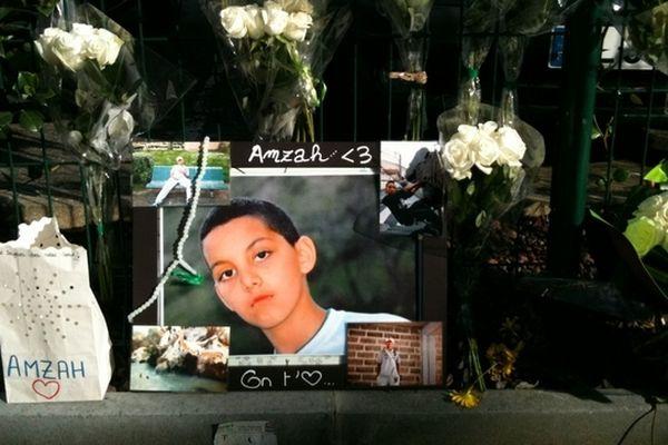Sur les lieux de l'accident, des fleurs et des photos en hommage à Amzah, tué par un chauffard.