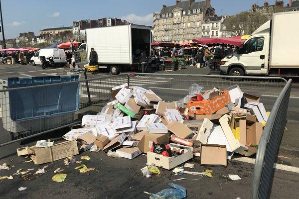 Les enclos à déchets placés aux abords du marché laissent s'envoler les déchets.