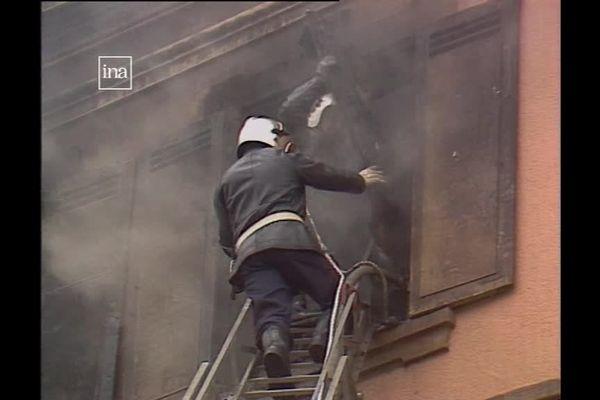 Les pompiers à travers les débris cherchent à sécuriser l'établissement