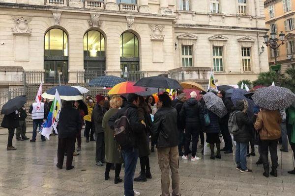 Le rassemblement devant le palais de justice de Nice en soutien aux manifestants.