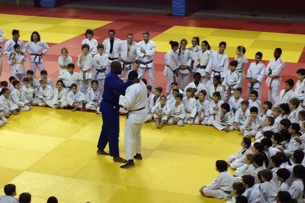 Teddy Riner enseigne le judo dans le cadre de l'Académie Teddy Riner.