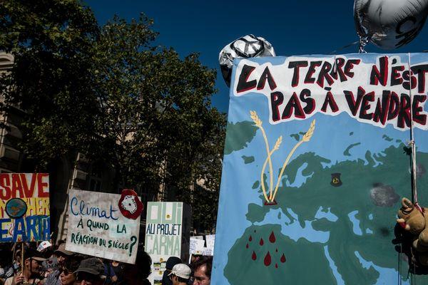 Des pancartes brandies au cours de la marche pour le climat dans les rues de Paris, le 21 septembre 2019.