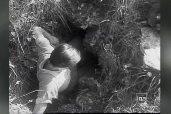 Courageusement, les 4 adolescents se glisseront dans la grotte, espérant y découvrir peut-être un accès au château, et un trésor. Ce sera bien un trésor, mais beaucoup plus précieux que celui escompté