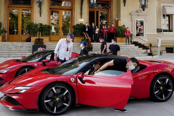 Charles Leclerc descendant de son bolide (une Ferrari SF90) devant le casino de Monte Carlo. Ça ne remplace pas un Grand Prix, mais visiblement ça fait plaisir...