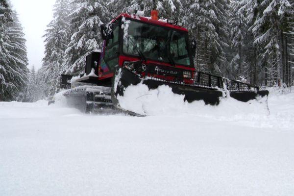 La dameuse sur les pistes de ski nordique